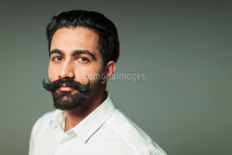 Portrait confident young man with handlebar mustacheの写真素材 [FYI02855148]