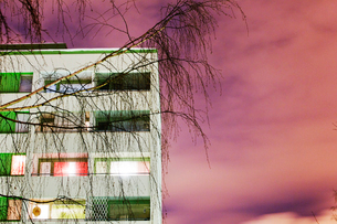 Finland, Lahti, View of facade with birch trees in frontの写真素材 [FYI02855179]