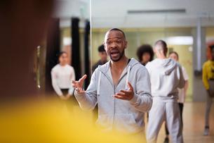 Dedicated male instructor teaching dance class in studioの写真素材 [FYI02855270]