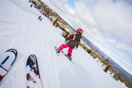 Norway, Osterdalen, Trysil, Girl (4-5) learning how to skiの写真素材 [FYI02855288]