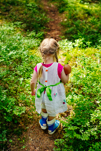 Finland, Paijat-Hame, Rear view of girl (2-3) with doll on footpath in forestの写真素材 [FYI02855305]