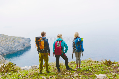 Greece, Dodecanese, Kalymnos, Backpackers looking at seaの写真素材 [FYI02855312]