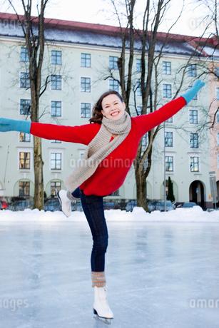 Finland, Helsinki, Hesperian esplanade, Woman skating on ice rinkの写真素材 [FYI02855323]