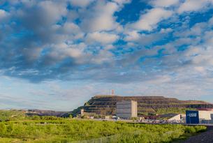 Sweden, Lapland, Kiruna, View of LKAB headquarters and open-pit mineの写真素材 [FYI02855330]