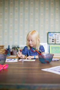 Sweden, Bohuslan, Skarhamn, Nordic Watercolor Museum, Girl (4-5) paintingの写真素材 [FYI02855344]