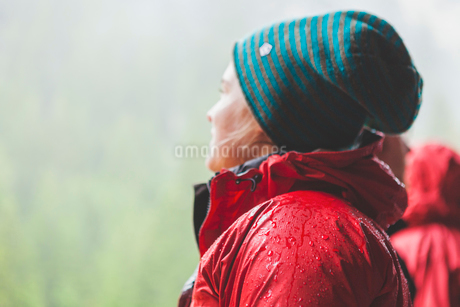 Switzerland, Ausserferrera, Young woman wearing warm red jacket and woolly hatの写真素材 [FYI02855454]