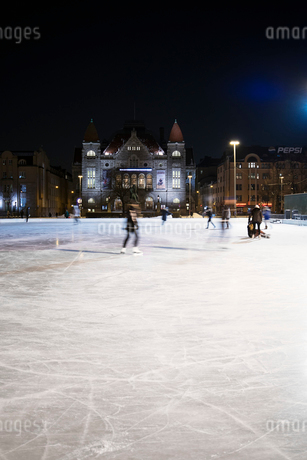 Finland, Helsinki, City ice rink at nightの写真素材 [FYI02855474]