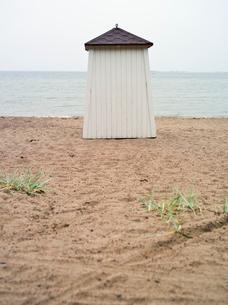 Finland, Uusimaa, Hanko, Wooden built structure by seaの写真素材 [FYI02855511]