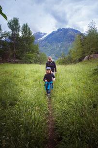Norway, Oppstrynsvatnet, Strynevatnet, Hjelle, Glomsdalen, Girl (8-9) and mother hikingの写真素材 [FYI02855518]
