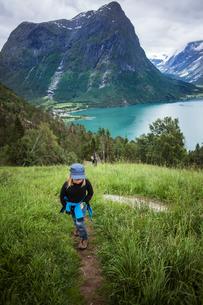 Norway, Oppstrynsvatnet, Strynevatnet, Hjelle, Glomsdalen, Girl (8-9) and mother hikingの写真素材 [FYI02855535]