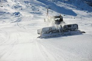 Sweden, Jamtland, Are, Snow plough on slopeの写真素材 [FYI02855537]