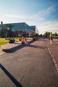 Finland, Helsinki, Musikhuset Aarhus, Sidewalk leading past modern buildingの写真素材 [FYI02855539]