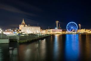 Finland, Usimaa, Helsinki, Katajanokka, Waterfront skyline with illuminated Ferris wheelの写真素材 [FYI02855569]