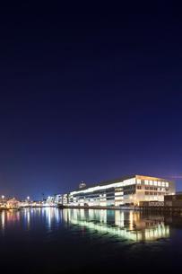 Sweden, Skane, Malmo, Vastra Hamnen, Office building at nightの写真素材 [FYI02855585]