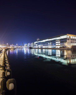 Sweden, Skane, Malmo, Vastra Hamnen, Office building at nightの写真素材 [FYI02855591]