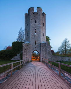 Sweden, Gotland, Visby, Wooden footbridge leading to city wallの写真素材 [FYI02855592]