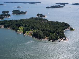 Finland, Uusimaa, Porkkala, Aerial view of sea islandsの写真素材 [FYI02855594]