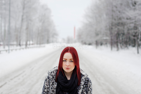 Sweden, Smaland, Teleborg, Portrait of young woman in forestの写真素材 [FYI02855616]