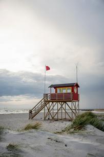 Sweden, Skane, Skanor, Red lifeguard hut on beachの写真素材 [FYI02855635]