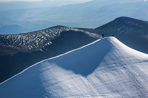 Sweden, Lapland, Snowy ridge of Kebnekaise mountainの写真素材 [FYI02855638]
