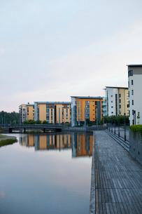 Finland, Uusimaa, Helsinki, Vuosaari, Residential buildings along canal at duskの写真素材 [FYI02855700]