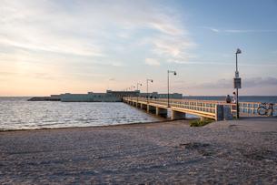 Sweden, Skane, Malmo, Ribersborg, Sandy beach and Kallbadhuset bridgeの写真素材 [FYI02855701]