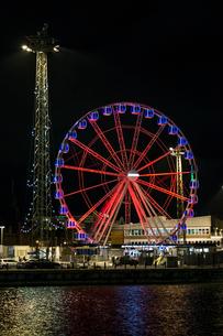 Finland, Usimaa, Helsinki, Katajanokka, Illuminated Ferris wheel at night waterfrontの写真素材 [FYI02855710]