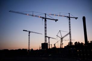 Sweden, Stockholm, Ostermalm, Vartahamnen, Construction site at duskの写真素材 [FYI02855711]