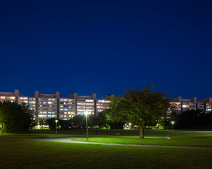 Sweden, Skane, Malmo, Rosengard, Park in residential district at nightの写真素材 [FYI02855714]