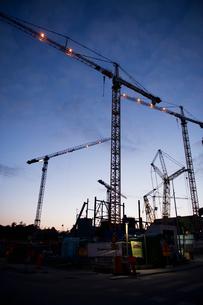 Sweden, Stockholm, Ostermalm, Vartahamnen, Construction site at duskの写真素材 [FYI02855716]
