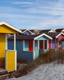 Sweden, Skane, Skanor med Falsterbo, Huts on grassy beachの写真素材 [FYI02855721]