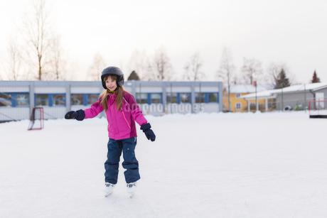 Sweden, Vasterbotten, Umea, Girl (6-7) ice-skating in winterの写真素材 [FYI02855740]