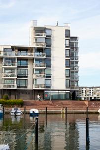 Finland, Uusimaa, Helsinki, Vuosaari, Waterfront view of residential buildingの写真素材 [FYI02855773]
