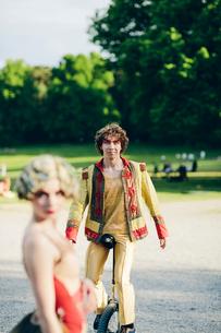 Sweden, Uppland, Hagaparken, Two street performers in parkの写真素材 [FYI02855780]