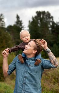 Finland, Uusimaa, Raasepori, Karjaa, Father holding son (12-17 months) piggybackの写真素材 [FYI02855801]