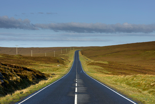 UK, Scotland, Shetland, Yell, Road in grass landscapeの写真素材 [FYI02855837]
