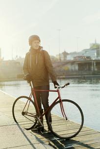 Sweden, Sodermanland, Stockholm, Sodermalm, Slussen, Mid adult man standing with fixed gear bike onの写真素材 [FYI02855847]