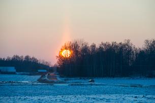 Sweden, Sodermanland, Stigtomta, Sunrise over plain with highway in winterの写真素材 [FYI02855856]