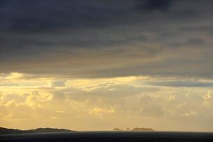 UK, Scotland, Shetland, Yell, West Sandwick, Seascape at sunsetの写真素材 [FYI02855869]