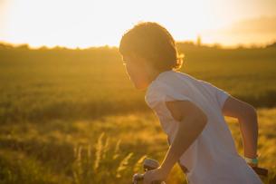 Sweden, Skane, Soderslatt, Beddinge, Boy (12-13) riding bicycle on sunny dayの写真素材 [FYI02855870]