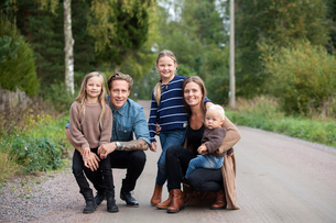 Finland, Uusimaa, Raasepori, Karjaa, Portrait of family with three children (12-17 months, 6-7)の写真素材 [FYI02855882]