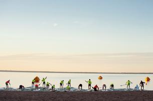 Finland, Varsinais-Suomi, Satakunda, Eura, Paddleboarders entering lakeの写真素材 [FYI02855898]