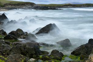 UK, Scotland, Shetland, Yell, Waves breaking on rocksの写真素材 [FYI02855901]