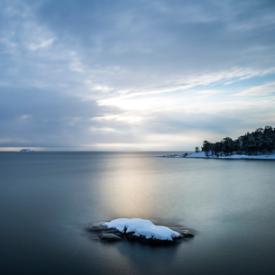 Sweden, Sodermanland, Femore, Rock formation and forest on coastlineの写真素材 [FYI02855904]