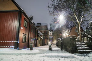 Sweden, Sodermanland, Stockholm, Sodermalm, Empty street at nightの写真素材 [FYI02855907]