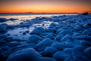 Sweden, Sodermanland, Toro, Frozen coast at sunsetの写真素材 [FYI02855911]