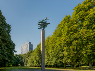 Sweden, Skane, Malmo, Pegasus statue in Kungsparken with building in backgroundの写真素材 [FYI02855928]