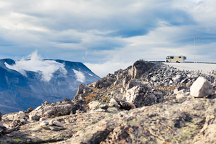 Norway, More og Romsdal, Sunnmore, Geirangerfjord, Observation point at edge of mountain valley withの写真素材 [FYI02855937]