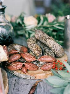 Italy, Italian meat on cutting boardの写真素材 [FYI02855939]