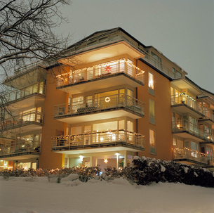 Sweden, Sodermanland, Stockholm County, Nacka, Sickla, Facade of illuminated apartment building in wの写真素材 [FYI02855956]